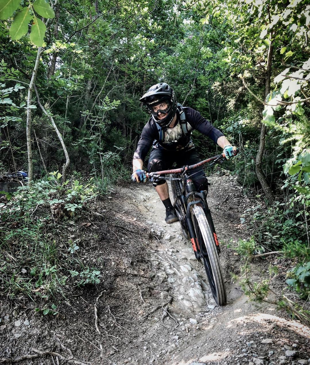 Here in Finale Ligure to get ready for the Helveticup Enduro Race at home in @engadinscuol next Saturday, June 2nd. BTW they are still looking for volunteers for the event. If you want to help -> contact the organizers here:  helfer@ses-s-chellas.ch | @ses_s_chellas : @raphwerner