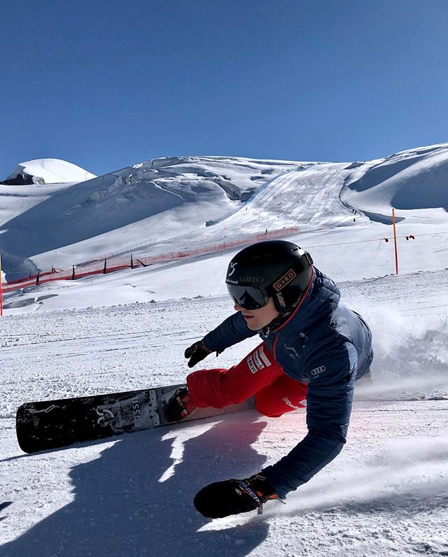 😍🏂💨💨 Back on snow with the National Team @swisscom | @raiffeisenschweiz | @helvetia.schweiz | @bkwag | @audischweiz 📷: @dariocaviezel . . . . . #snowboarding #zermatt #snow #inlovewithswitzerland #carving #mountains