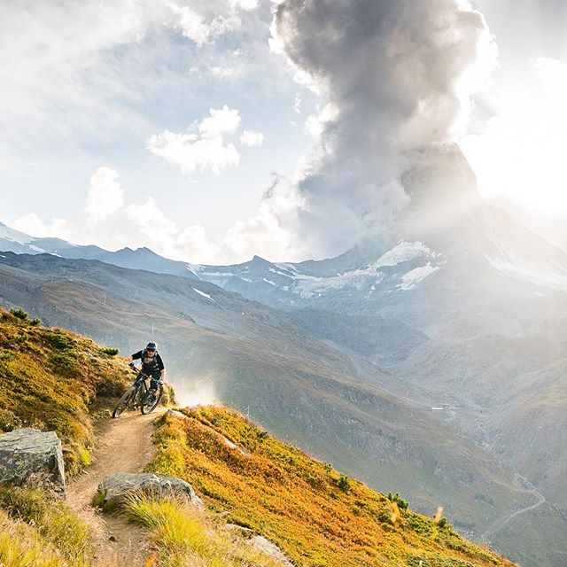 I know #winteriscoming but this warm temperatures makes me feel like this 👆🏼 #throwback to a perfect bike shred in front of the #Matterhorn 🤘🏽 Thanks @outsideisfree.ch for the killer shot 📷🙌🏼 . . . . . #enduro #biking #mountainbike #shred #trails #singletrail #inlovewithswitzerland #outdoor #nature