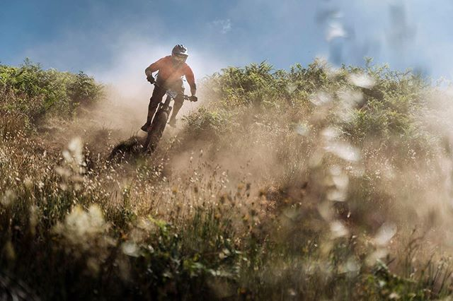 I was not sure 🤷🏻‍♂️ of what I was getting myself into by starting in a five-day enduro mountainbike race, but it is truly awesome 😁! I just focus on having fun on the trails, the time is secondary. Amazing though how 📷: @duncanphilpott makes me look fast in the picture 😜😅. #lookprorideslow #teamdespacito