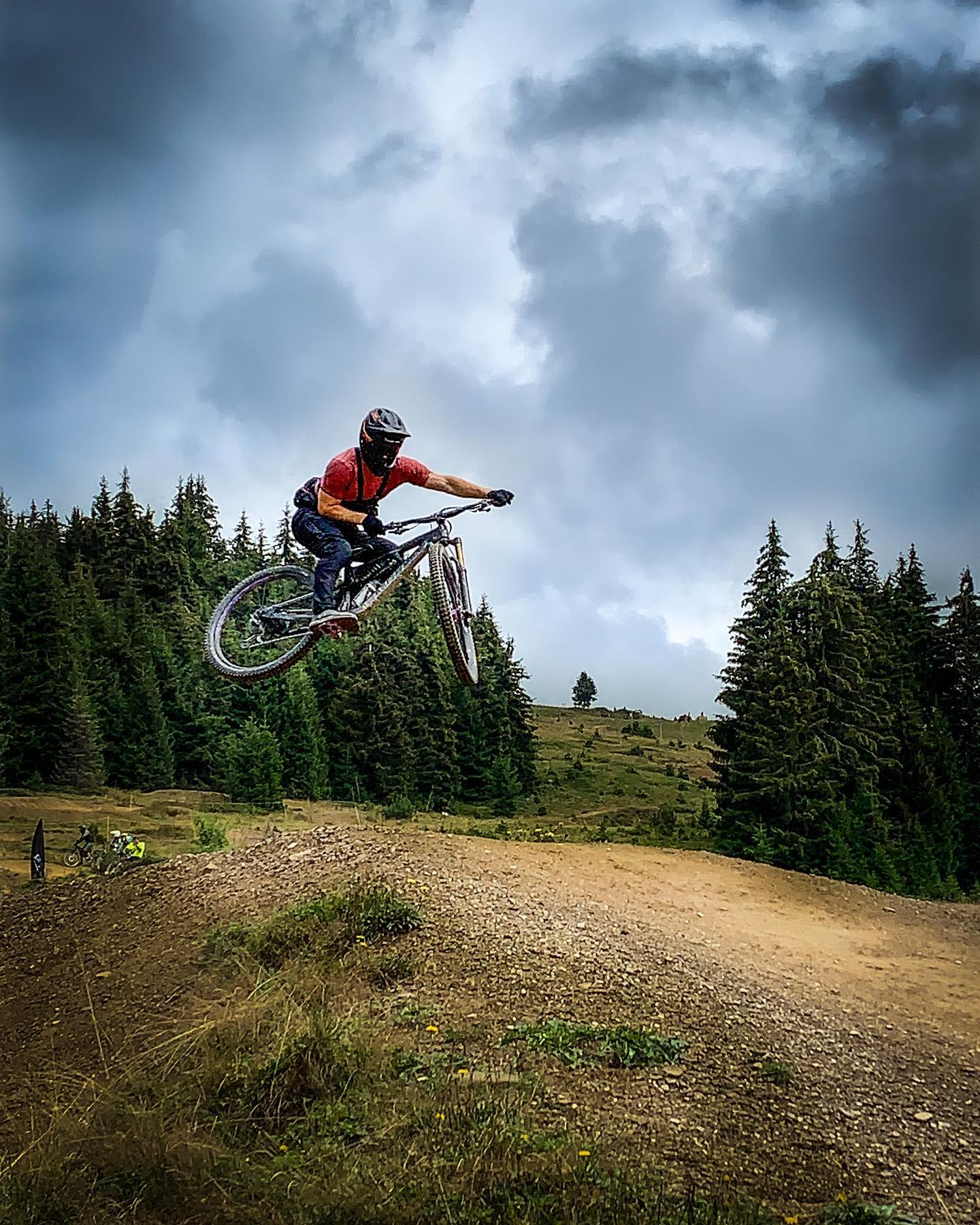 Trying to whip baby jumps... 🤪 Any tips and tricks? . . . Peace out Morzine, thanks for the awesome holidays! 🏼 . . .