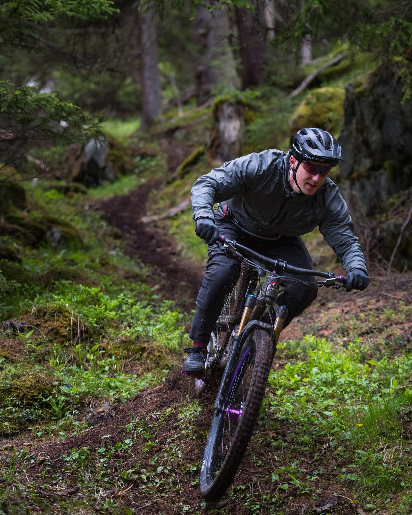 Cold and wet? Yes! Fun? YES!! . . . @mtb_engadinsamnaunvalmuestair  . . . : @elmarbossard