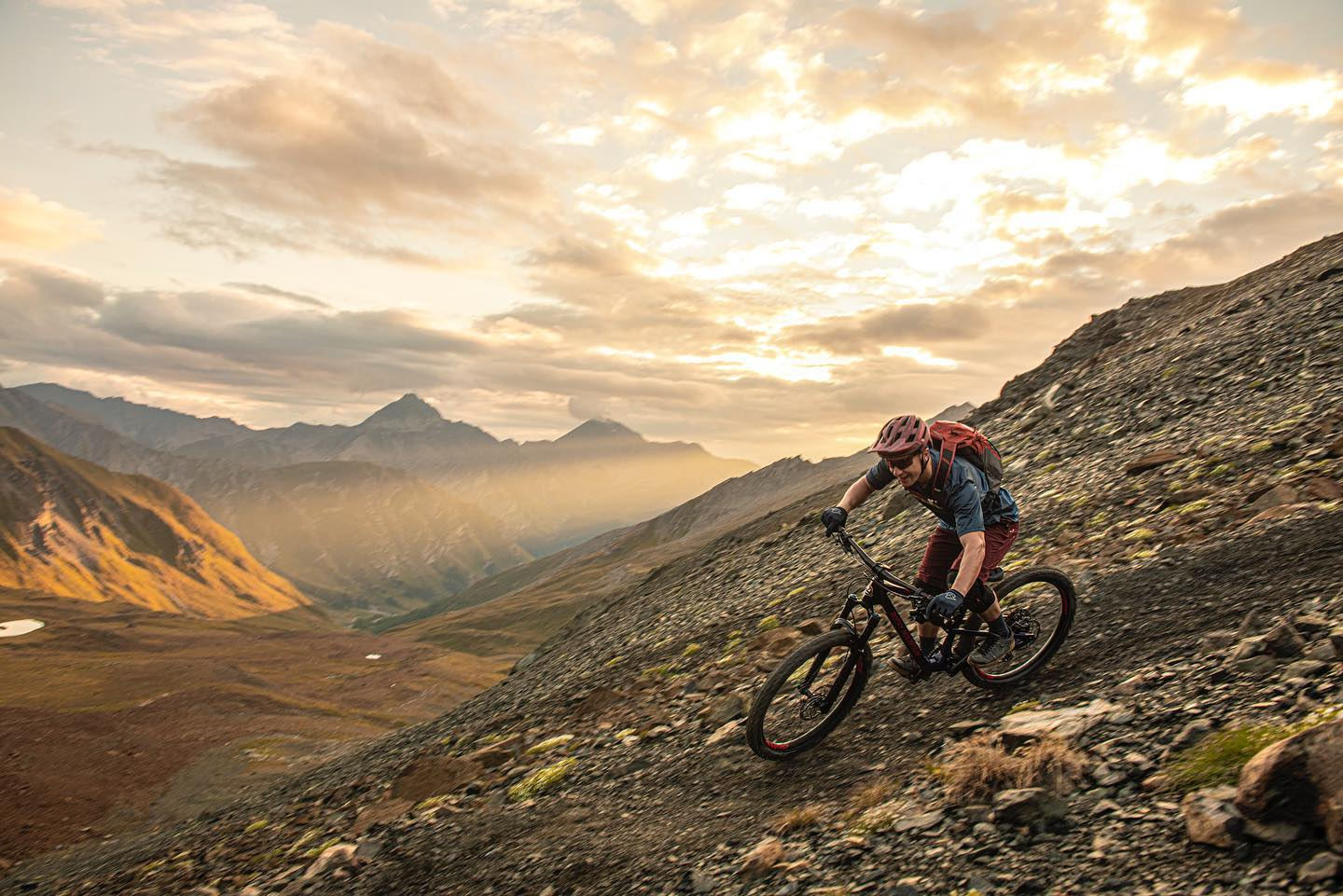 Finally there is an awesome weekend ahead of us! 🤩️ . . . If you want to experience high alpine technical trails like this, get in touch with @ridelaval_trailschool 🏼 . . . : @egelmairphotography